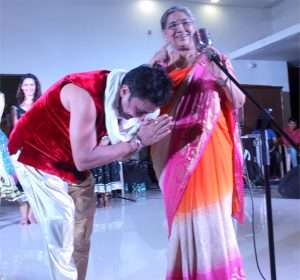 Sukhwinder Singh taking the blessings of Smt. Hansaji Jayadeva Yogendra