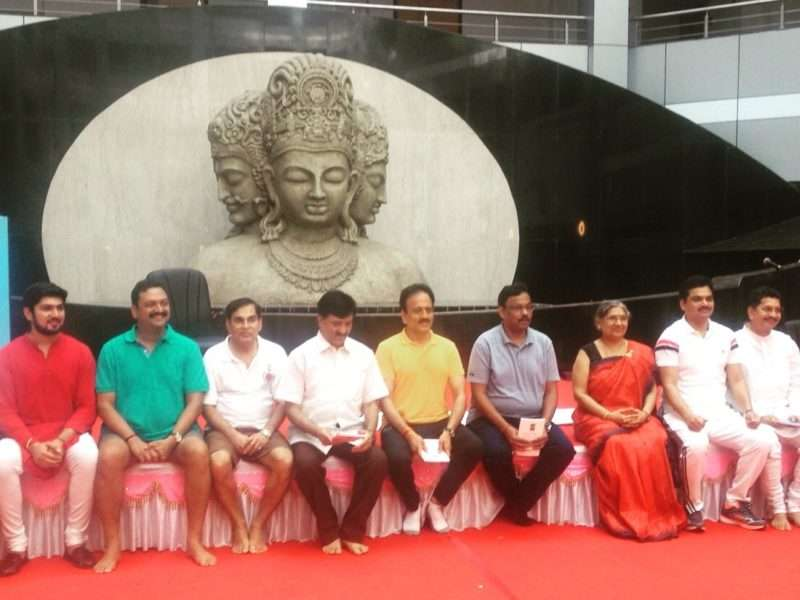 Smt. Hansaji with Shri Vinod Tawde and other Ministers